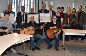 Die Vertreterinnen und Vertreter der Hans-Böckler-Schule, der AWO-Stiftung und der Musikschule nahmen von Oberbürgermeister und Aufsichtsratsvorsitzender der infra, Dr. Thomas Jung (hintere Reihe, 2. v. links), und infra-Chef Marcus Steurer (hintere Reihe, 5. v. links) die symbolischen Spendenschecks entgegen.